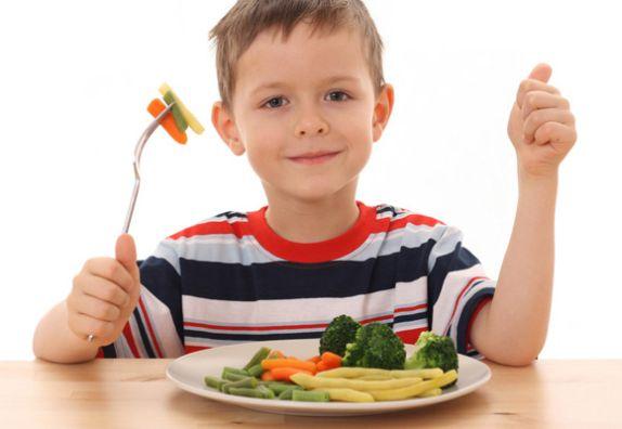дете яде здравословна храна