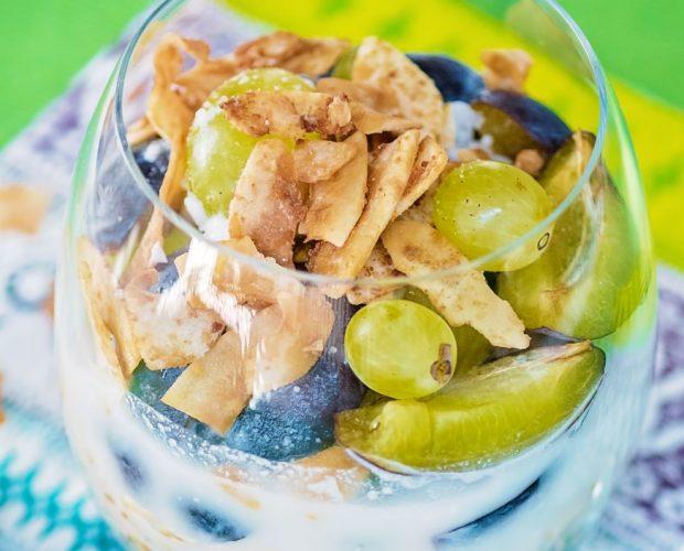 Свеж здравословен пудинг от Свежа Спирулина, сини сливи, грозде, овесени ядки, кокосово мляко, кокосов чипс и чиа.